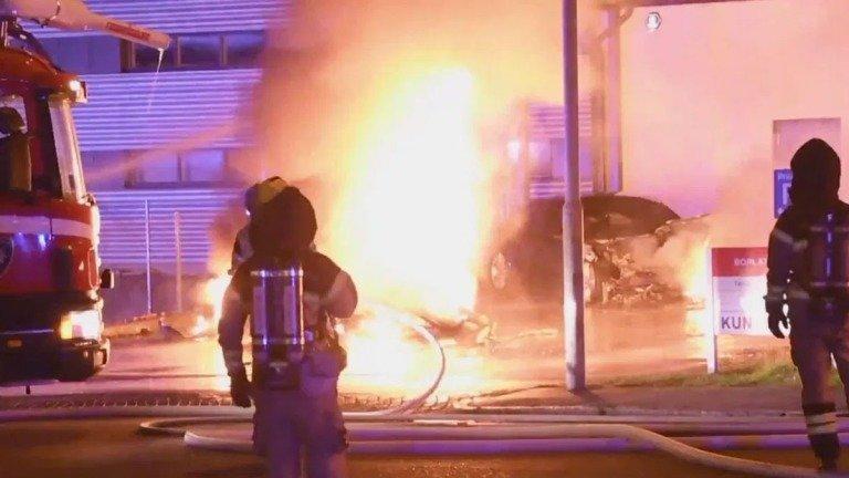 7 carros da Tesla arderam em plena loja! Vandalismo contra a Tesla teima em não cessar (vídeo)