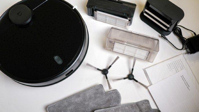 Acessórios do robot aspirador em mesa branca
