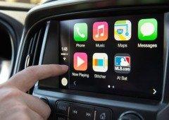Android Auto e Apple CarPlay são mais perigosos que mandar mensagens, afirma estudo