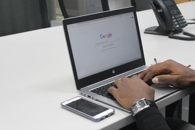 O normal modo 'claro' na pesquisa Google para computador