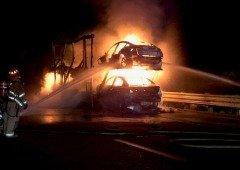 Camião com 5 carros da Tesla ardeu totalmente em plena autoestrada!
