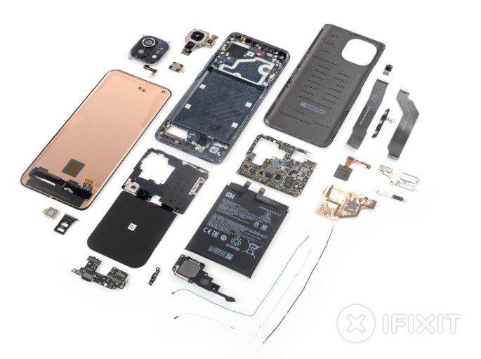 O Xiaomi Mi 11 desmontado. Crédito: iFixit