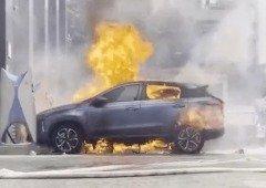 Carro elétrico, rival da Tesla, pega fogo enquanto carregava (vídeo)
