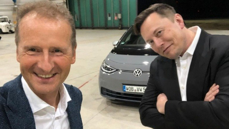 CEO da Volkswagen adere ao Twitter e 'atira-se' a Elon Musk e à Tesla