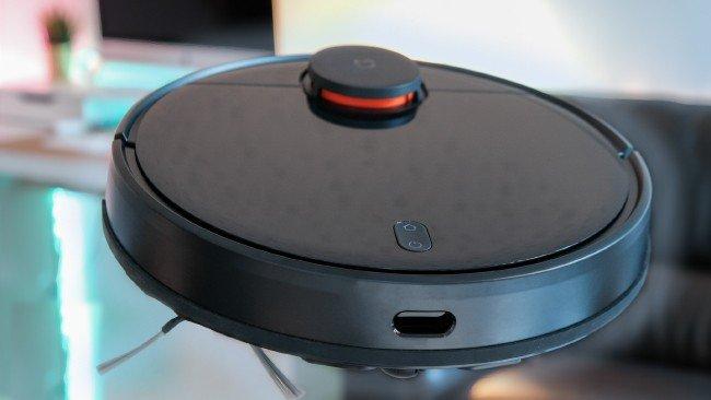 aspirador robot Xiaomi flutuante em fundo colorido