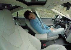 Condutor de um Tesla Model 3 apanhado a dormir ao volante na autoestrada (vídeo)