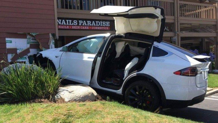 Condutores dos Tesla estão a reclamar com um problema grave nos seus carros