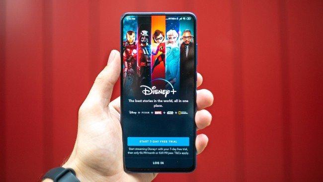 App Disney+ em telemóvel com fundo vermelho