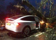 Dois Tesla Model X salvam a vida de duas famílias em trágico acidente!
