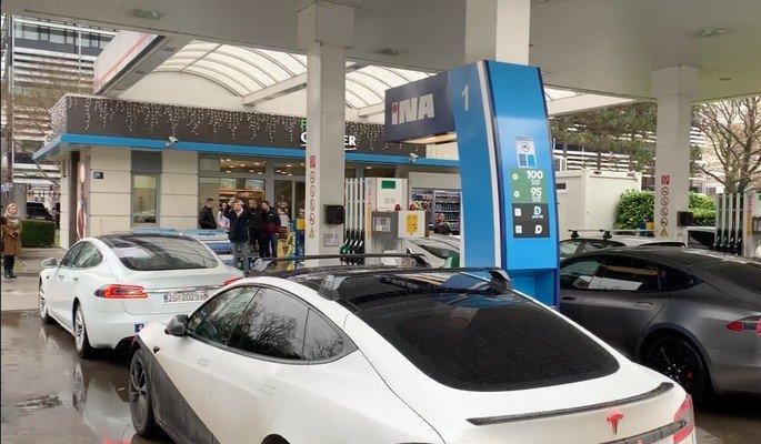Donos de carros elétricos estacionaram em bombas de gasolina para se vingarem!