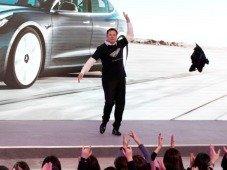 Elon Musk. CEO da Tesla dança em palco e vídeo torna-se viral