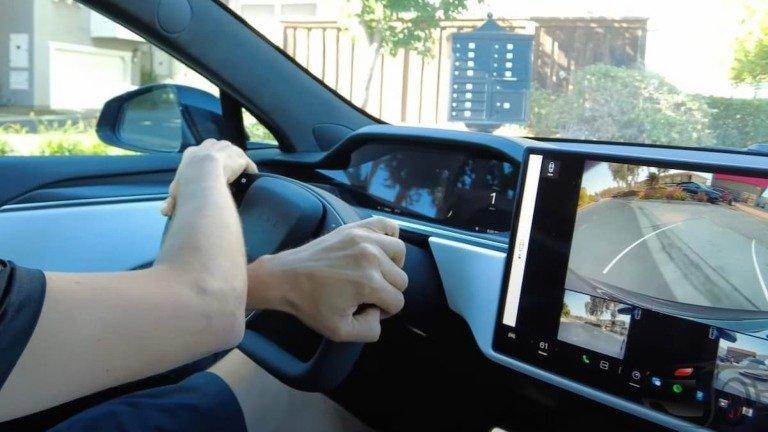 """Elon Musk desfaz dúvidas quanto a volante """"normal"""" no Tesla Model S Plaid"""