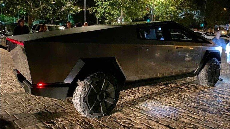 Elon Musk já passeia com a Tesla Cybertruck nas ruas de Malibu e faz estragos! (vídeo)