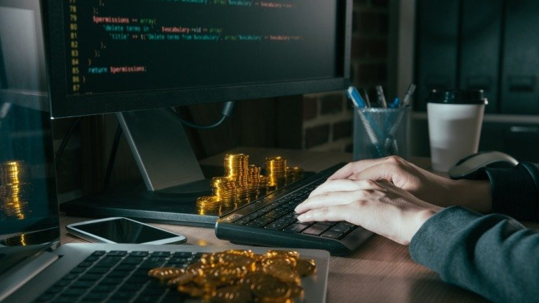 Hacker terá que pagar de volta 1 milhão de dólares em criptomoedas