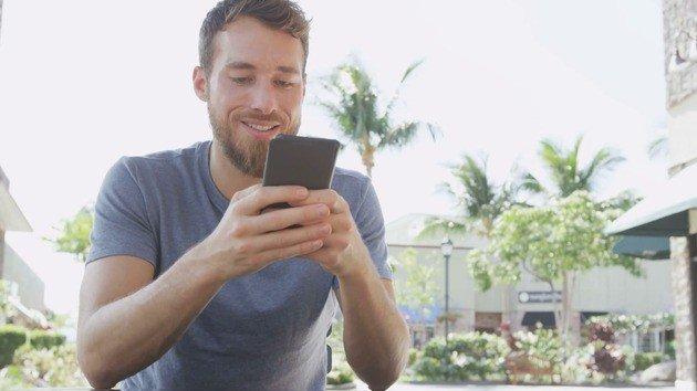 homem usar smartphone