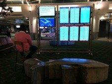 Homem apanhado a jogar Apex Legends nos ecrãs de um aeroporto