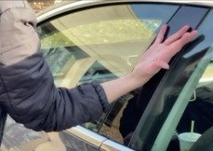 Homem faz implante na mão da chave do seu Tesla Model 3!