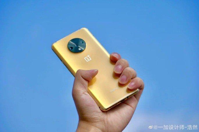 OnePlus 7T dourado metálico