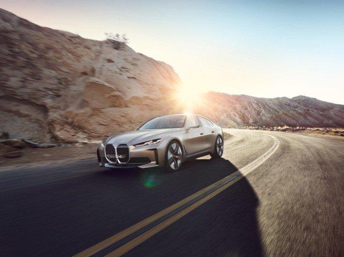 BMW i4 carro elétrico estrada