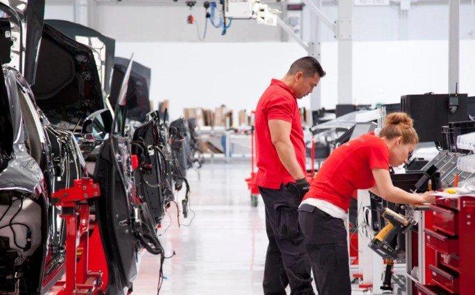 Tesla ameaça funcionários