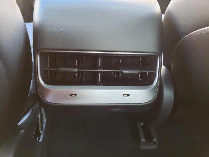 Tesla Model 3 entradas USB-C