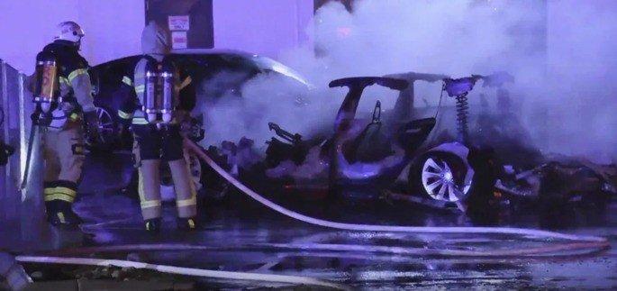 Tesla Model 3 destruído fogo