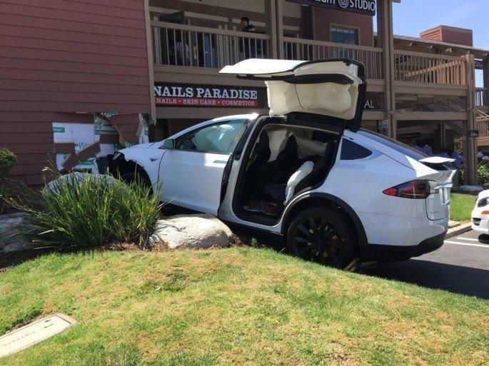 Tesla acidente confundir pedais