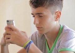 Mãe faz filho de 17 anos assinar contrato para lhe dar primeiro smartphone