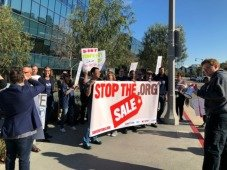 """Manifestantes protestam a venda do domínio """".org"""". Entende porquê"""