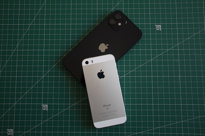 iPhone SE, lançado em 2016, ao lado do iPhone 12