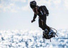 Piloto de hoverboard a jato despenhou-se a tentar atravessar o Canal da Mancha
