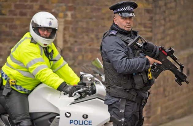 Polícia olha para o google Maps de forma séria