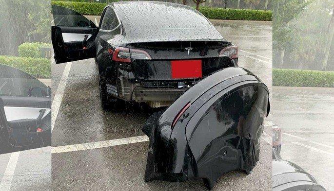 Tesla para-choques poça de água