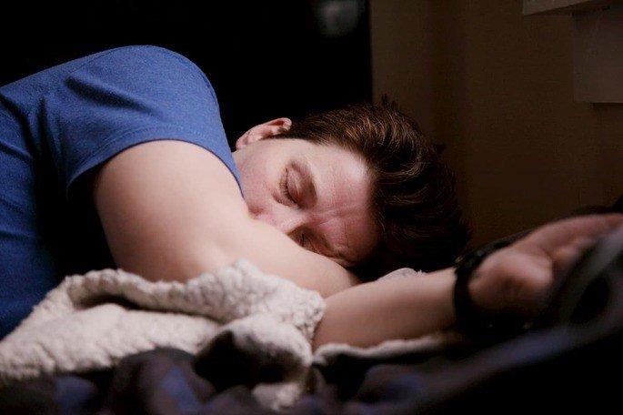Pessoa a dormir com o Apple Watch