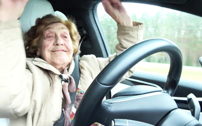 Tesla Model S conduzido idosa de 92 anos