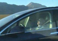 Tesla Autopilot. Condutor apanhado pela polícia a dormir em plena autoestrada!