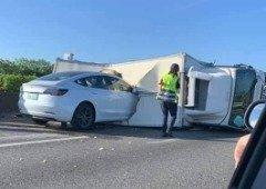 Tesla Model 3 em Autopilot desfez-se contra um camião parado na auto-estrada! (vídeos)
