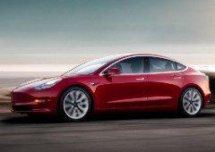 Tesla Model 3 evita atropelamento de polícia que passou um sinal vermelho (vídeo)