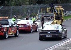Tesla Model S avaria em plena pista e vê o Porsche Taycan passar ao lado! (vídeo)