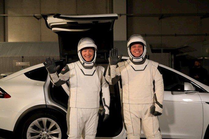 Astrovan astronautas NASA Tesla Model X