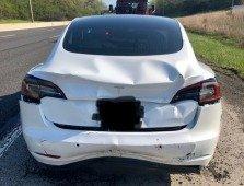 Vídeo mostra como é que um Tesla evitou um acidente em cadeia