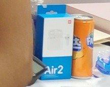 Xiaomi Mi AirDots 2 são mostrados numa fotografia descuidada